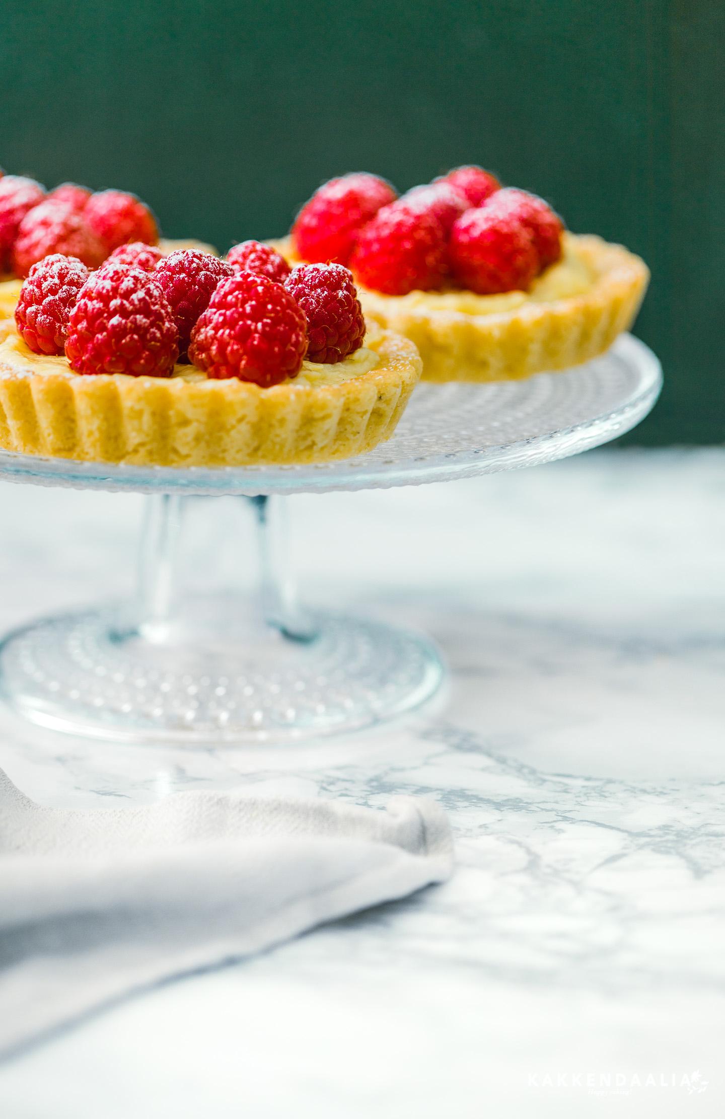 Loppukesän ihanat vadelmat ansaitsevat paikkansa vaniljaisen crème pâtissièren päällä. Ranskalaistyylinen resepti maistuu kesältä. Sähkökatkojen ja ukkosen jyrähtelyjen välissä syntyneet marjatortut muistetaan kun aurinko ei enää lämmitä ja helteen aiheuttamat muistikatkot ovat muisto vain.