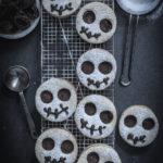 Painajainen ennen joulua -elokuvan tyyliset suklaatäytteiset pikkuleivät pelottavat onneksi vain vähän. Perheen pienempien pelottelu ei ole suotavaa edes leivonnassa.