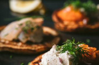 Blinejä syödään tavallisesti mädin, graavatun tai savustetun kalan kanssa. Täällä blinejä saadaan syödä Inarin graavisiian ja muikun tai siian mädin kanssa. Tarjoa lisänä smetanaa ja punasipulia, ja koristele ruohosipulilla ja tillillä.