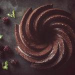 Suklaiseen kahvikakkuun tulee tumman suklaan lisäksi kaakaojauhetta. Kakku kuorrutetaan vielä tummasta suklaasta tehdyllä ganachella.