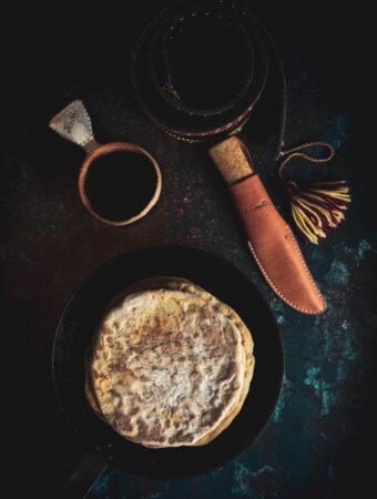 Gáhkku-resepti on peräisin edesmeneen ruokaguru Greta Huuvan ruokakirjasta Naturen är mitt kök: den hälsosamma samiska matkulturen.